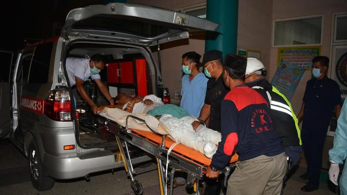Ledakan pabrik bioetanol di Mojokerto akibatkan 1 orang tewas dan 10 orang lainnya terluka. Korban luka dibawa ke rumah sakit untuk mendapat penanganan medis.