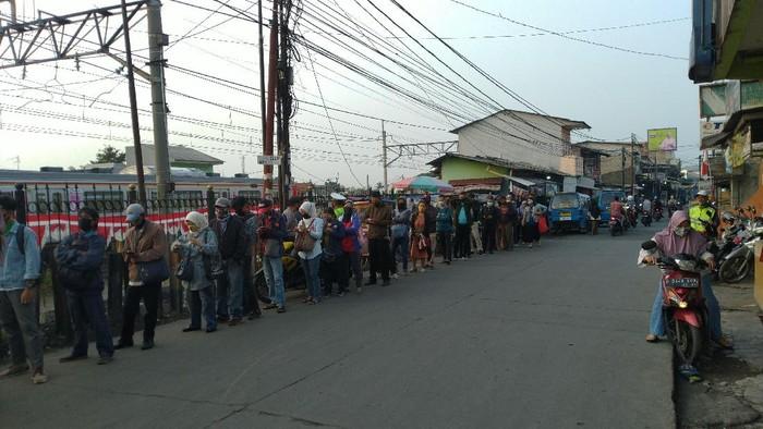Antrean pengguna KRL di Stasiun Bojong Gede Bogor