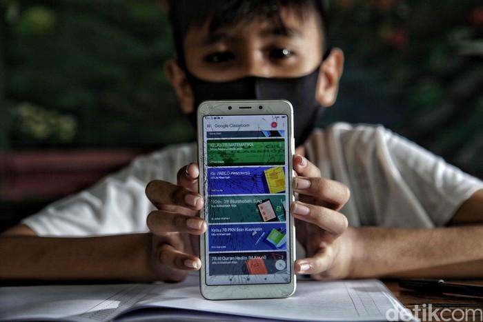 Anak-anak belajar online di Bank Sampah Majelis Taklim Kecamatan Koja, Jakarta. Mereka mendapatkan akses WiFi dengan menukarkan sampah seberat 1 Kg.