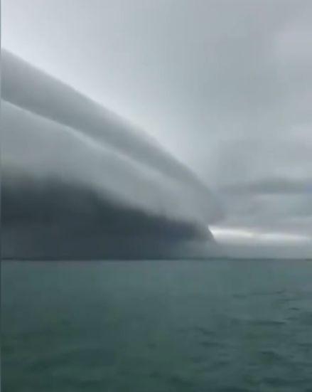Fenomena awan ombak raksasa bergulung memanjang muncul di langit kota Meulaboh, Aceh pada Senin (10/8). BMKG sebut fenomena tersebut dikenal dengan awan Arcus atau awan tsunami.