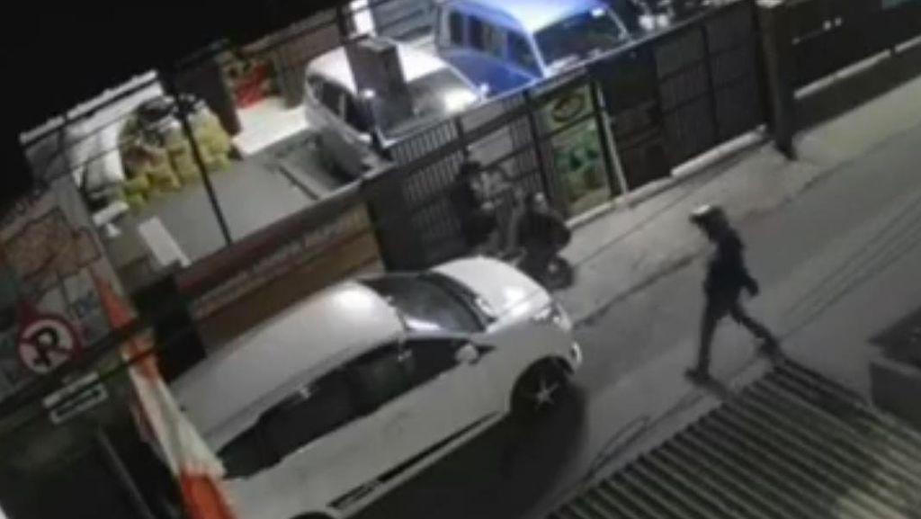 Video Begal Berpisau Serang Dua Sejoli Secara Brutal