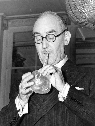Seorang managing director dari sebuah perusahaan Amerika mendemonstrasikan produk bra tiup yang diproduksi di Inggris pada September 1952.