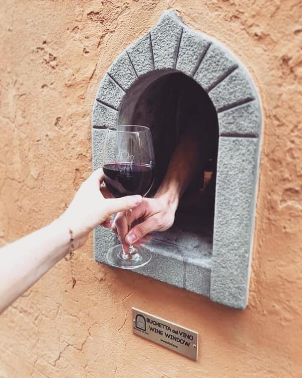 Jendela anggur pertama kali muncul pada abad ke-17, bertepatan dengan Wabah Italia pada tahun 1629–1631. Para pedagang anggur berpikir keras untuk tetap menyajikan minuman di tengah wabah, namun mereka tetap terjaga. Akhirya terbesitlah menyajikannya melalui lubang atau jendela kecil yang ada di dinding tempat mereka jualan. (Buchette del Vino)