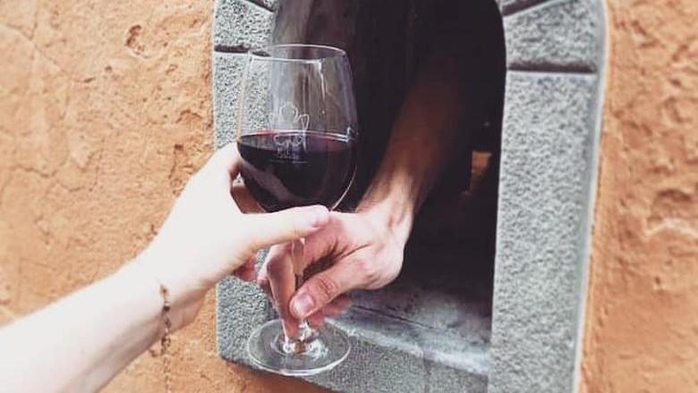 Di abad 17, Italia punya cara unik menyajikan wine pada konsumennya. Sekarang karena pandemi Corona, tradisi lama itu dihadirkan kembali.