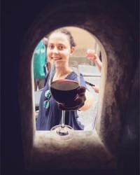 Inilah cara yang dipakai oleh pabrik anggur, gelateria, dan bar di Tuscany, Italia. Mereka menemukan caara melayani minuman kepada pelanggan sembari tetap menjaga jarak dengan aman menggunakan jendela kecil. (Buchette del Vino)