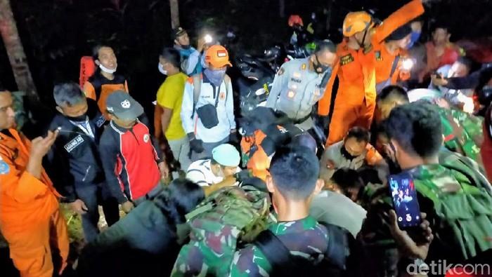 Jenazah Multazam, pelajar yang jatuh ke jurang 100 meter di Bukit Piramid Bondowoso sudah dievakuasi. Proses evakuasi memakan waktu 10 jam melalui medan berat.