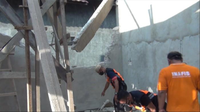 Buruh di Samarinda tewas tertimpa tembok bangunan.