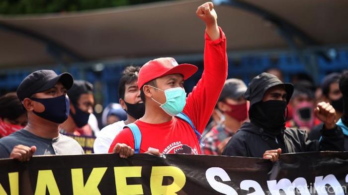 Ratusan buruh menggelar aksi di depan Gedung Kemenaker. Dalam aksi itu para buruh kecewa atas kinerja Kemenaker yang dianggap tak mampu melindungi para pekerja.