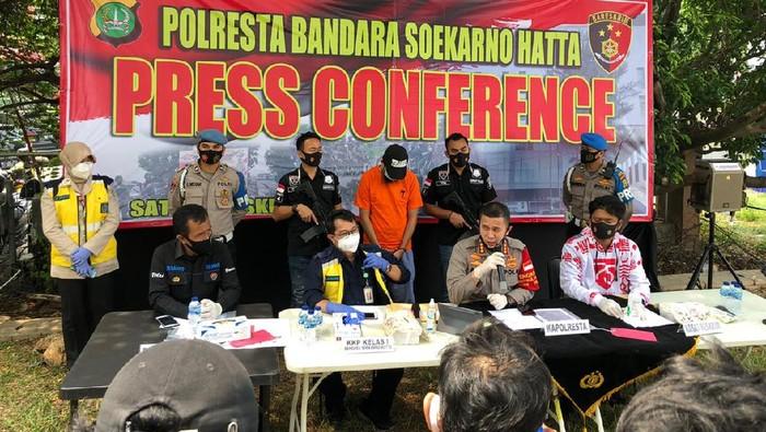 Calon Penumpang Bandara Soetta Ditangkap Bawa Surat Bebas COVID Palsu
