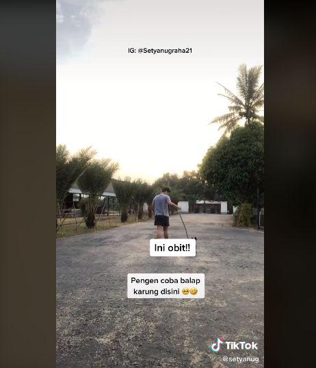 Curhat netizen kaya raya yang ambil pesanan makanan naik golf cart