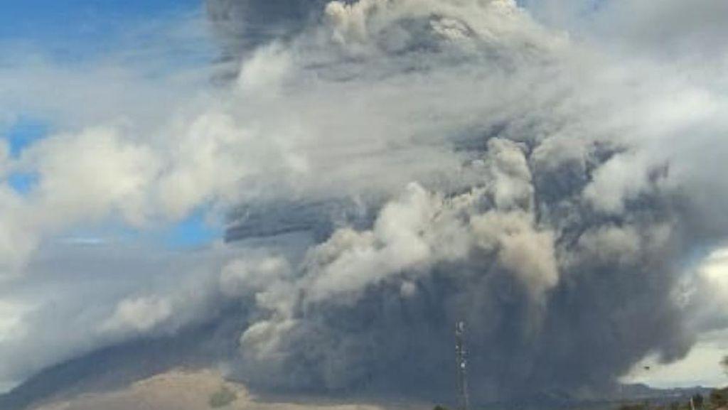 Abu Vulkanik Sinabung Diprediksi Capai Medan, Dinkes Minta Warga Bermasker