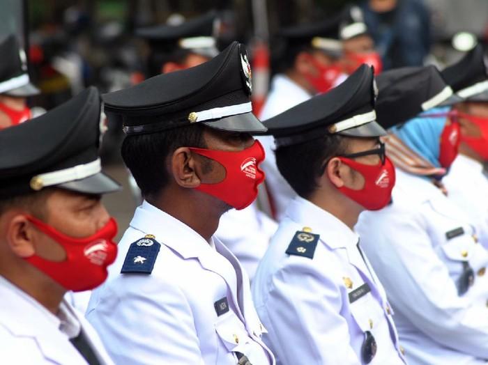 Sejumlah pejabat di lingkungan Pemerintah Kota Bogor menggunakan masker saat pelantikan di Plaza Balaikota Bogor, Jawa Barat, Kamis (6/8/2020). Sebanyak 300 pejabat tersebut dilantik secara daring dan di luar ruangan dengan penerapan protokol kesehatan sebagai upaya pencegahan penularan pandemi COVID-19 di masa PSBB Pra-Adaptasi Kebiasaan Baru (AKB) di wilayah Kota Bogor. ANTARA FOTO/Arif Firmansyah/nz