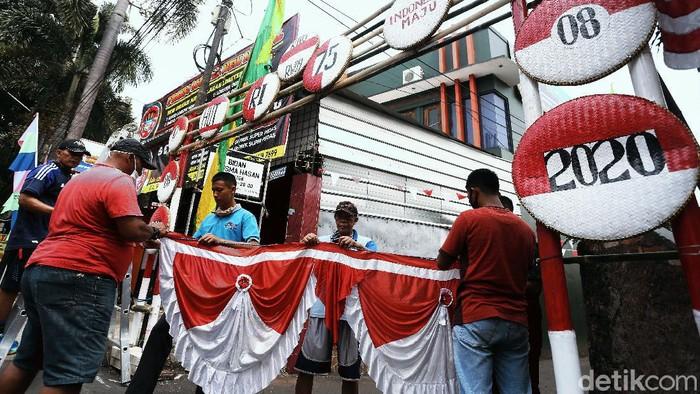 Hari kemerdekaan Indonesia sebentar lagi tiba. Warga pun telah menghias kampung mereka dengan pernak-pernik merah putih. Seperti terlihat di Lubang Buaya, Jakarta.