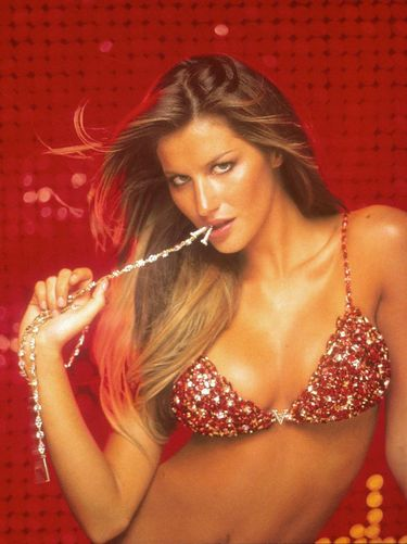 Gisele Bundchen memamerkan bra senilai USD 15 juta di butik Victoria's Secret, New York City, Pada 7 Desember 2000.
