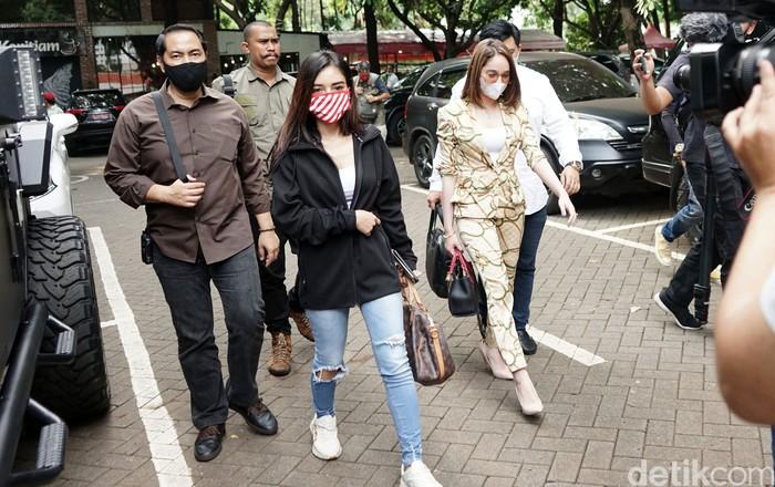 Hana Hanifah dan Nabila Aprillya saat ditemui di Polda Metro Jaya.