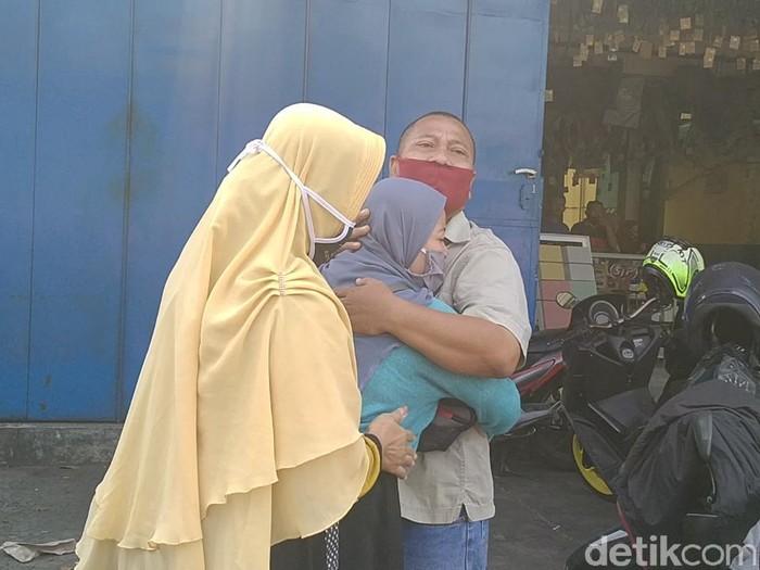 Ibu dan ayah korban pembunuhan sadis sepasang kekasih di Kota Pekalongan, Senin (10/8/2020).