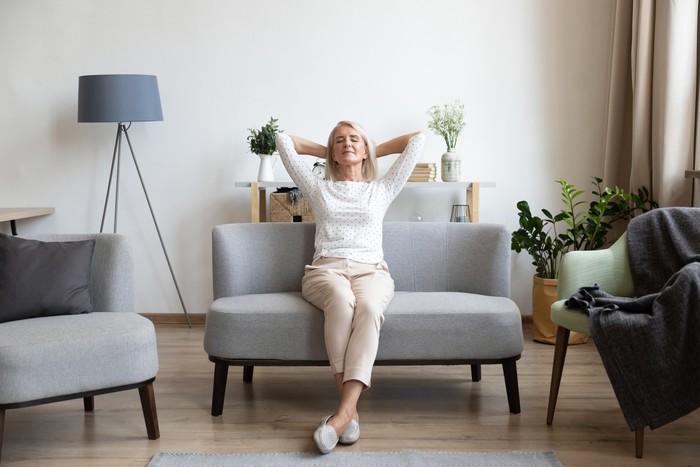 Ilustrasi wanita duduk di sofa