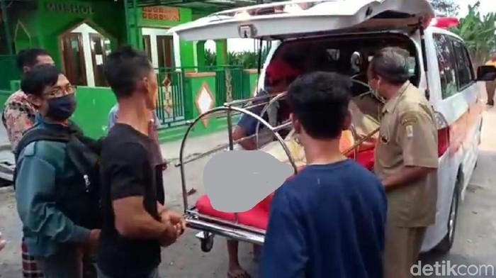 Jenazah pasutri korban tewas kecelakaan tol Cipali, tiba di rumah duka di Tegal, Senin (10/8/2020).