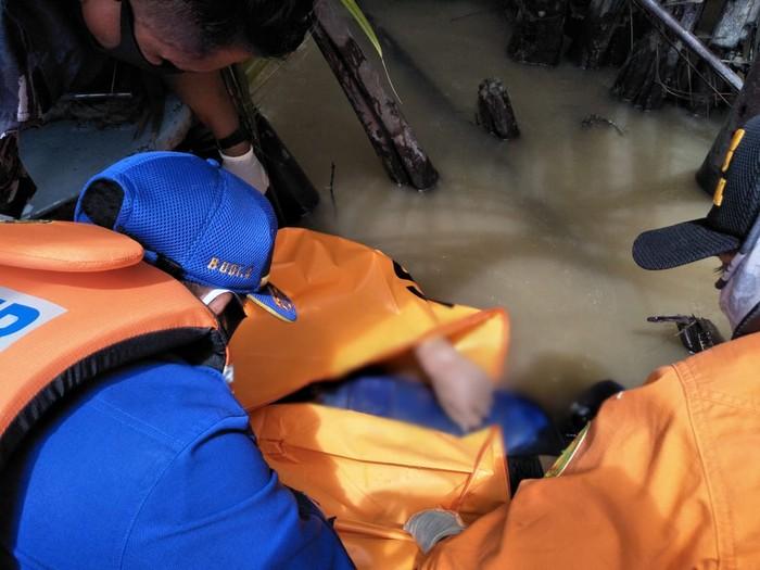 Jenazah salah satu polisi yang hilang di laut Kaltara, Brigadir Ivan Dilasman ditemukan oleh Tim SAR