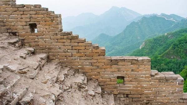 Untuk mencapai Tembok Besar China di Jiankou, traveler diketahui harus melakukan hiking lebih dulu selama 45 menit ke atas gunung. Diketahui, bagian tembok di sini memang memanjang sekitar 20 Km di atas pegunungan (Amanda Ruggeri/BBC).
