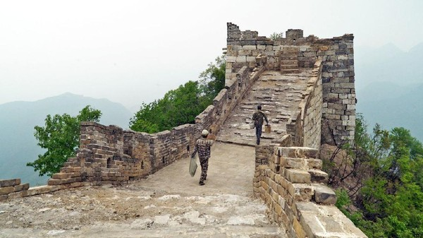 Hanya tak seperti bagian lainnya di Badaling atau Mutianyu, Tembok Besar China di Jiankou bernasib miris. Traveler yang datang ke sisi ini tak akan menemukan toko suvenir, gondola atau pun gerai Starbuck (Amanda Ruggeri/BBC).