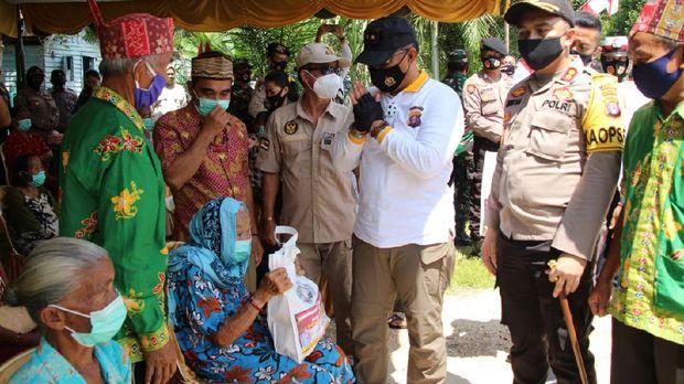 Kapolda Kalteng Irjen Dedi Prasetyo menyalurkan bansos ke warga di pelosok