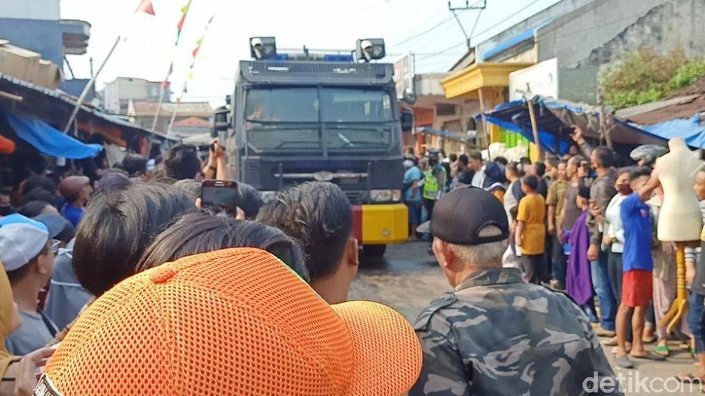 2 Water Cannon Bantu Padamkan Kebakaran Pasar Ciranjang Cianjur