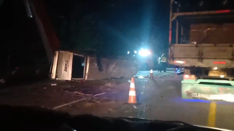 Kecelakaan maut kembali terjadi di Tol Cipali, Jawa Barat, Senin(10/8). Kecelakaan yang terjadi di KM184 itu dikabarkan mengakibatkan delapan orang meninggal dunia.