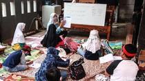 Kesulitan Online, Siswa SD Belajar Tatap Muka di Teras Rumah Guru
