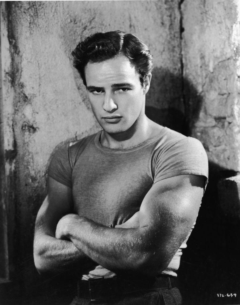 Aktor Marlon Brando memopulerkan t-shirt yang awalnya sebagai pakaian dalam pria jadi busana casual.