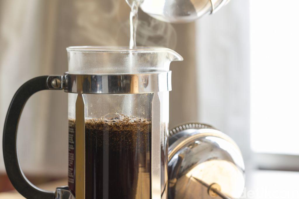 Menyeduh kopi dengan French press