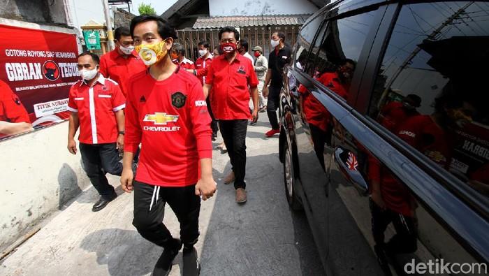 Bakal calon Wali Kota Solo, Gibran Rakabuming Raka melakukan blusukan di Kampung Jogobayan, Surakarta, Jawa Tengah, sambil mengenakan jersey Manchester United lho.
