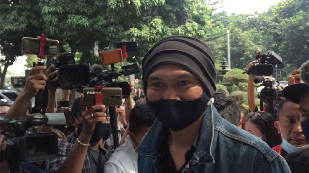 Pakai Masker, Anji Tiba di Polda Metro untuk Pemeriksaan soal 'Obat Corona'