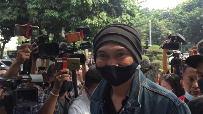 Pakai Masker, Anji Tiba di Polda Metro untuk Pemeriksaan soal Obat Corona