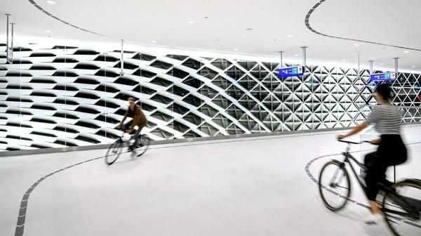 Parkiran sepeda yang tak ubahnya garasi besar itu berlokasi di Koningin Julianaplein, Stasiun Pusat Den Haag (Mike Bink/istimewa)