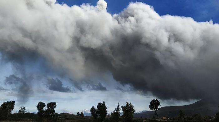 Sejumlah kendaraan melintas di jalan yang dipenuhi debu vulkanik pasca erupsi Gunung Sinabung,  di Desa Sigarang-garang, Karo, Sumatera Utara, Sabtu (8/8/2020). Gunung Sinabung erupsi dengan tinggi kolom 2.000 meter. ANTARA FOTO/Sastrawan Ginting/Lmo/hp.