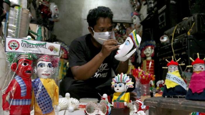 Pelaku UMKM oleh-oleh/buah tangan/souvenir khas Betawi di kawasan wisata budaya Setu Babakan, Jakarta, terdampak pandemi COVID-19. Meski sepi, mereka tetap bertahan.