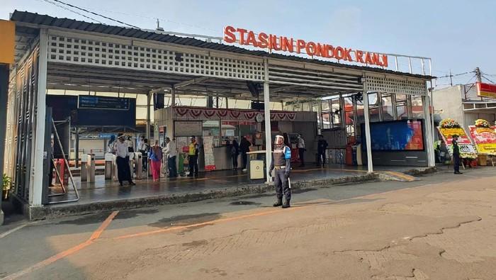 Menteri Perhubungan Budi Karya Sumadi menghadiri Groundbreaking New Image dan Peningkatan Aksesibilitas Stasiun Pondok Ranji di Stasiun Pondok Ranji, Tangerang Selatan, Senin (10/8). ni merupakan salah satu upaya pemerintah untuk meningkatkan pelayanan moda transportasi massal kereta api perkotaan serta bertujuan untuk memberikan peningkatan pelayanan dan keselamatan pengguna KRL di Stasiun Pondok Ranji.
