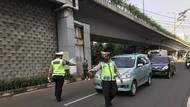 Polisi Tilang Belasan Mobil Pelanggar Ganjil Genap di Jalan Gatot Subroto