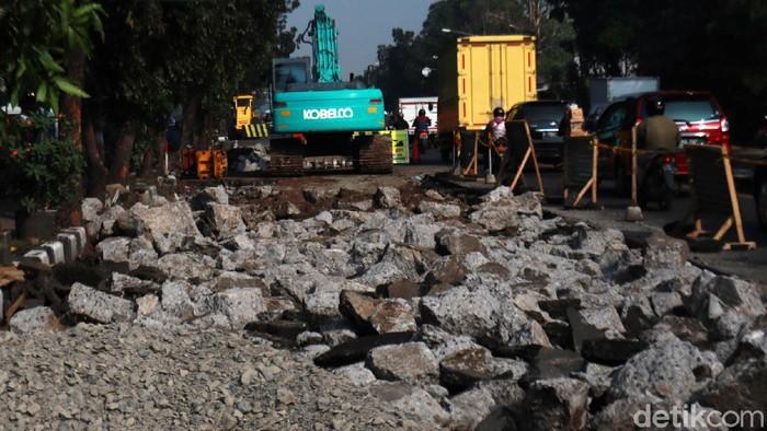 Sejumlah ruas jalan di Jalan Raya Soekarno Hatta, Kota Bandung, Jawa Barat diperbaiki, Senin (10/8/2020). Perbaikan jalan ini dilakukan karena, sejumlah ruas di beberapa titik jalan tersebut dalam kondisi rusak dan bergelombang.