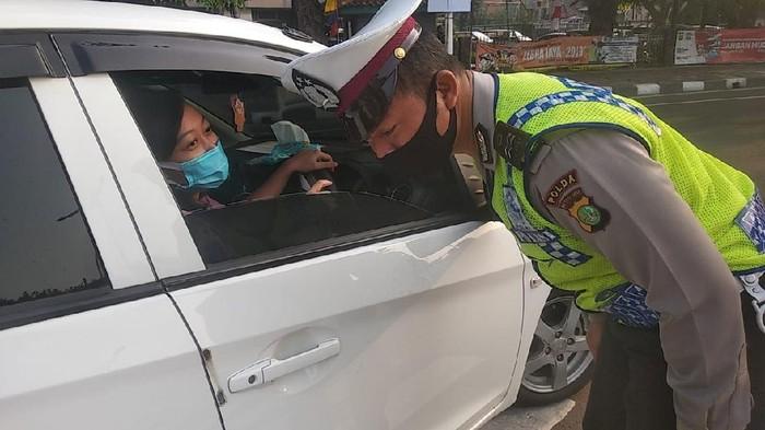 Polisi tilang pelanggar ganjil genap di Jalan Letjen S Parman Jakbar (Foto: Jehan/detikcom)