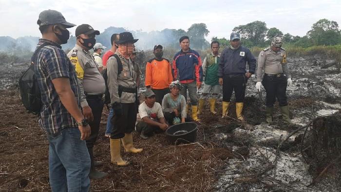 Polres Rokan Hilir menangkap warga yang membakar lahan.