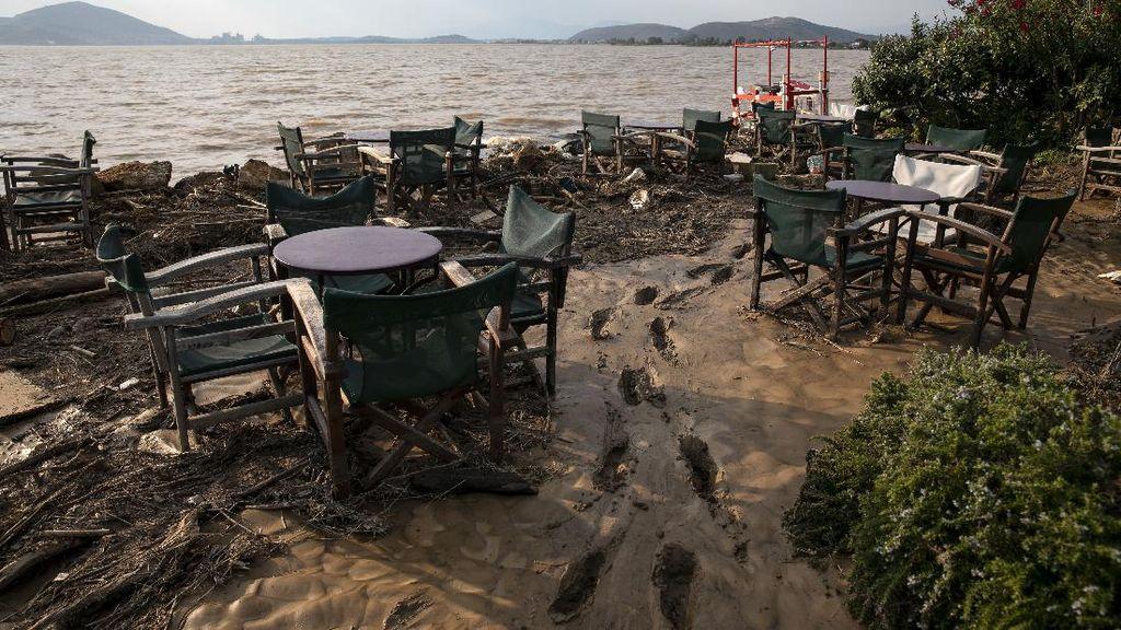 Foto Kerusakan Akibat Banjir Bandang di Pulau Evia Yunani