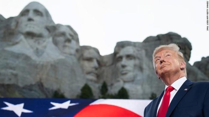 Gunung Rushmore merupakan salah satu destinasi di AS yang cukup diminati turis. Di sana terpampang 4 patung granit Presiden AS. Dan kabarnya Presiden AS Donald Trump ingin juga wajahnya ada di gunung tersebut.