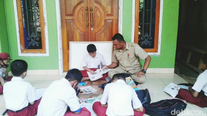 Seorang guru honorer di Ciamis tengah mengajar peserta didiknya.