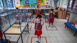 Taman kanak-kanak Wat Khlong Toey di Thailand sangat ketat menerapkan protokol kesehatan. Bahkan, anak-anak sampai disekat kotak plastik.