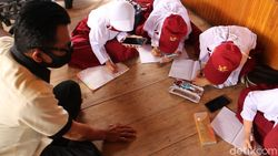 Susah Sinyal, Siswa SD di Maros Sulsel Belajar ke Rumah Kades
