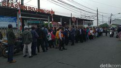 Antrean Penumpang KRL di Stasiun Bojong Gede Bogor Sampai ke Jalan