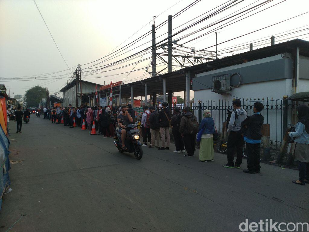 Suasana antrean penumpang KRL di Stasiun Bojong Gede, Senin, 10 Agustus pukul 06.00 WIB pagi. (Sachril AB/detikcom)