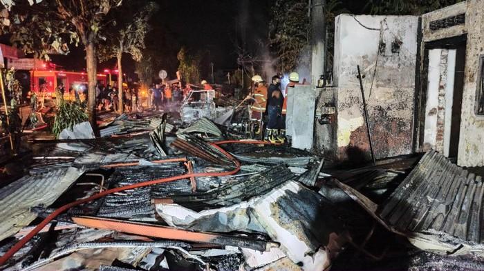 Tiga Warung Makan, Tambal Ban dan Mobil Ludes Terbakar